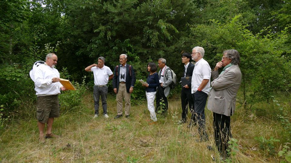 Bildunterschrift (v.l.n.r.): H. Grennerth (Bienenzuchtverein Dreieich e.V.), G. Petermann-Casanova (Manager Golf-Club Neuhof e.V.), Houbun Ikeya (Präsident ECS), Mari Teufel (Europarepräsentantin ECS), Yasuaki Domoto (Generalsekretär ECS), Nobhiko Sato (Direktor ECS), G. Weinrich (Vorsitzender Streuobstzentrum e.V., Frankfurt), Bodo Rüdiger (DGV-Vorstandsmitglied Förderverein Golf + Natur e.V., Dreieich)