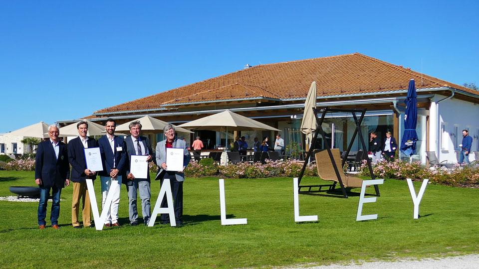 Allianz Umweltpreis Sieger vor Clubhaus Valley