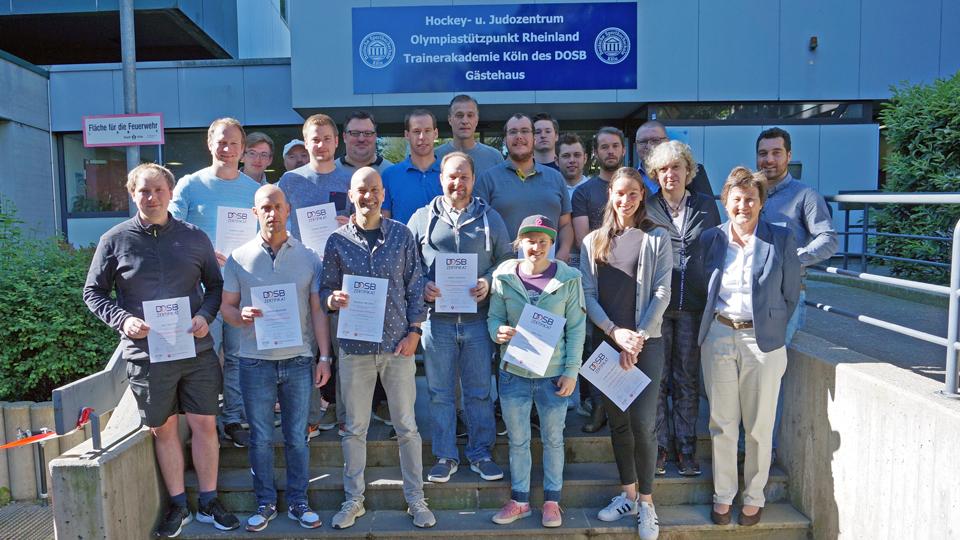 Die Absolventen des neuen DOSB-Zertifikatlehrgangs für Trainer/-innen im Nachwuchsleistungssport (Bild: DOSB)