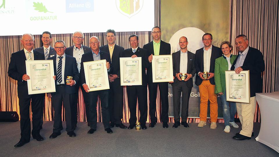 Die fünf ausgezeichneten Golf&Natur-Clubs nahmen neben ihrem Zertifikat auch ein Glas Golfplatzhonig aus der Hand von Ilka Stepan, Allianz Deutschland, entgegen.