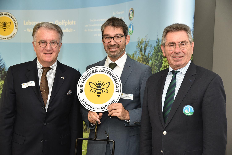 Dr. Andre Baumann (Staatssekretär des Umweltministeriums Baden-Württemberg, Bildmitte) hob die bedeutende Rolle der Golfanlagen für mehr Artenvielfalt hervor – zusammen mit Achim Battermann (Stellvertr. DGV-Präsident, links im Bild) und BWGV-Präsident Otto Leibfritz. (Quelle: DGV/Füssinger)
