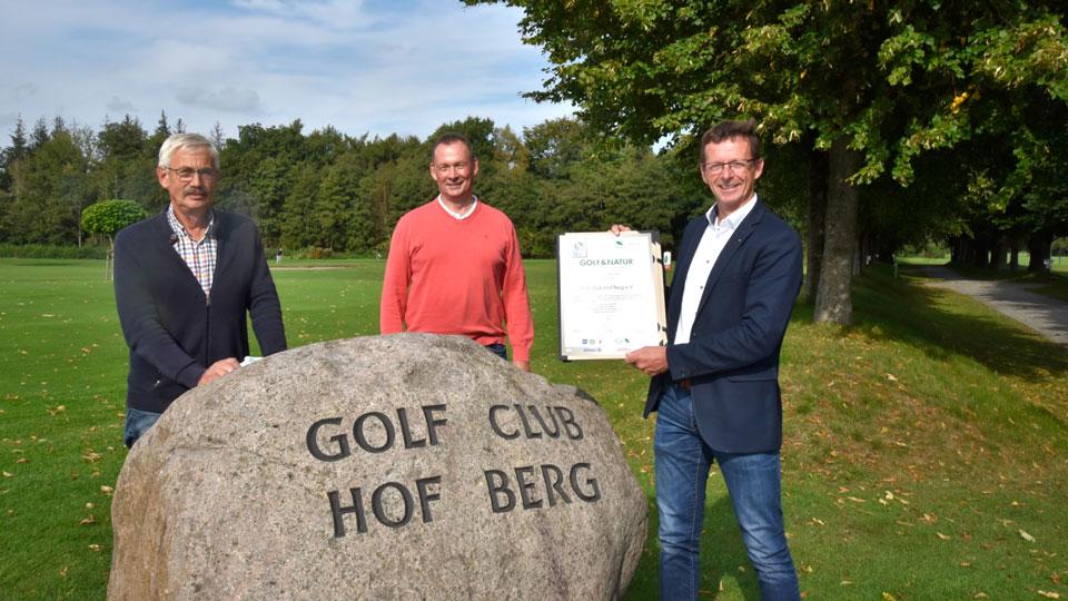 Freude über das Zertifikat bei Geschäftsführer Horst Hoff, Hartmut Schneider vom Deutschen Golf Verband und Club-Präsident Jürgen Petersen
