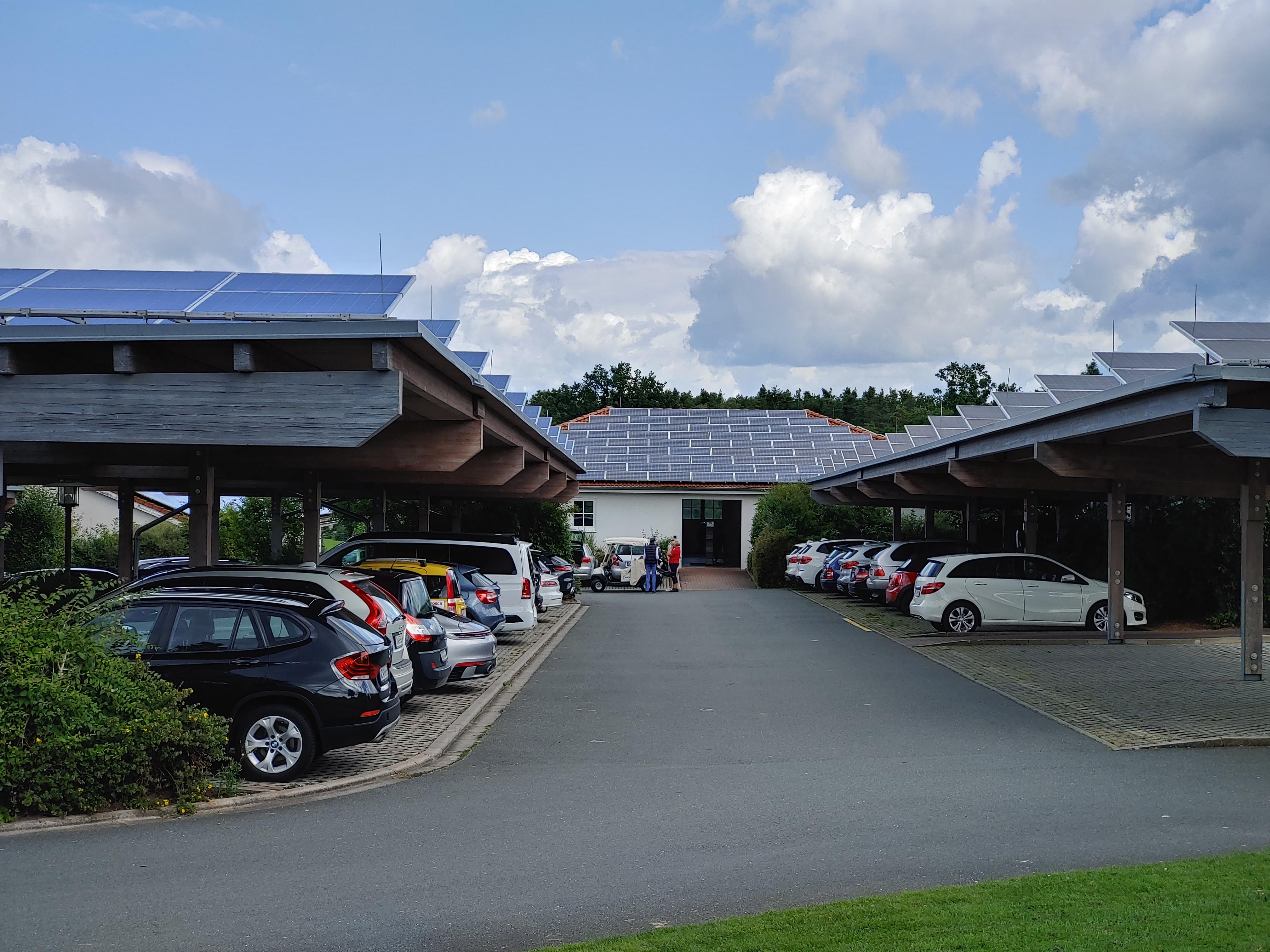 Photovoltaikanlage auf dem Parkplatz