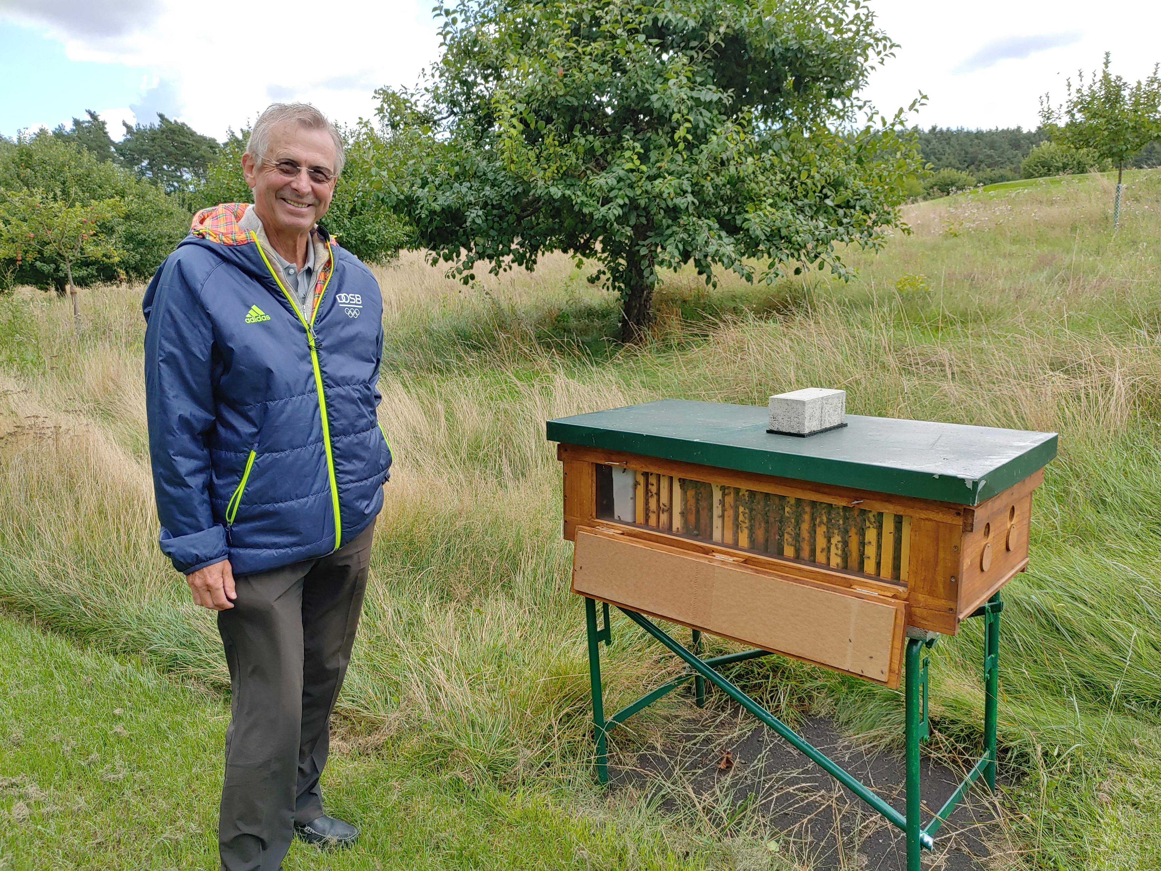 Kurt Knote vor der Bienenstation